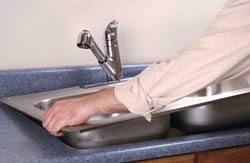 Сантехник в Анапе. Услуги сантехника – установка раковины на кухне. город Анапа